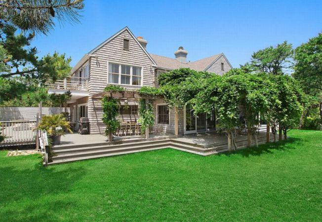 O oaza de liniste si relaxare: descopera casa in stil traditional a actritei Scarlett Johansson!
