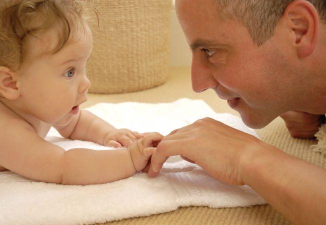 3 obiceiuri sanatoase ale tatilor care stau acasa cu copiii
