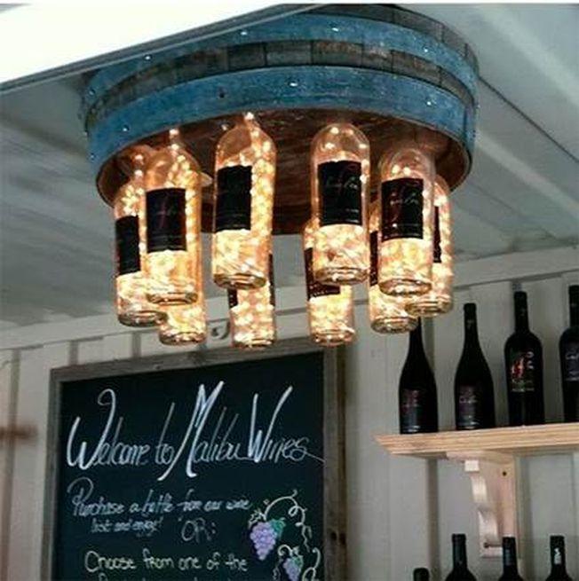 Corpuri de iluminat din sticle de vin. Opteaza pentru un decor inedit