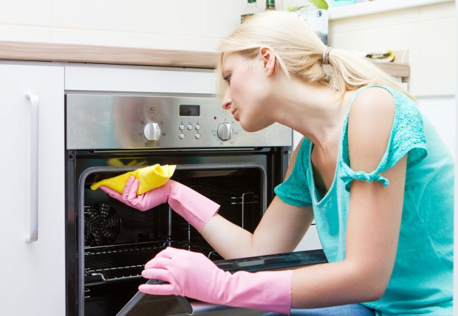 Cum sa iti cureti cuptorul din bucatarie: 3 metode in pasi simpli