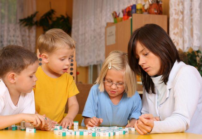 Cum inveti copilul o limba straina. Vezi ce costuri implica urmatoarele metode