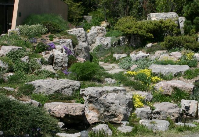 Gradina perfecta 6 trucuri simple pentru a transpune imaginea naturii intr o gradina de piatra - Idee giardino in pendenza ...
