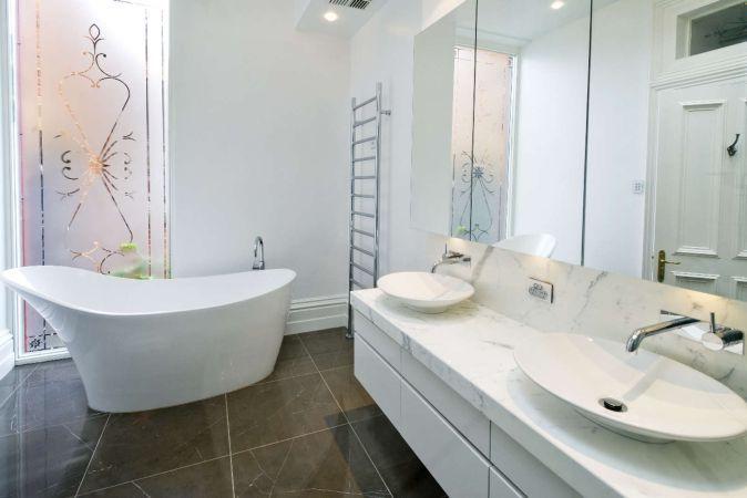 Albul, nuanta perfecta pentru o baie curata si eleganta