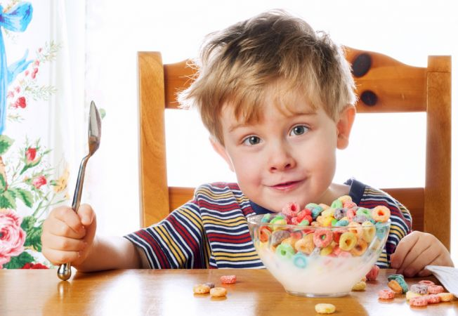 Copilul tau refuza sa manance dimineata? 5 trucuri pentru a-l convinge sa ia micul dejun