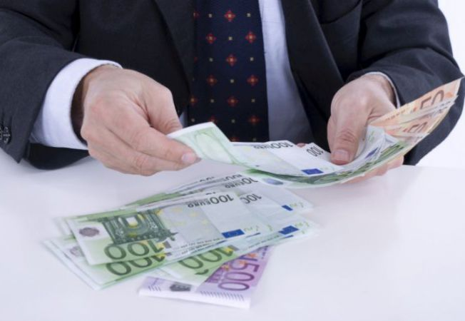 O mana de ajutor in timpuri grele. Cum poti negocia datoriile tale cu KRUK?