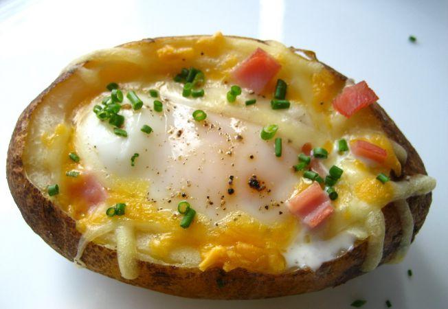 Cartofi umpluti cu oua