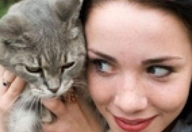 pisica femeie