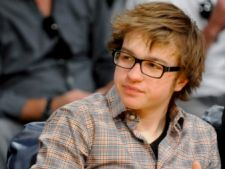 "Angus T. Jones nu va aparea in ultimele episoade din ""Two and a half men"""