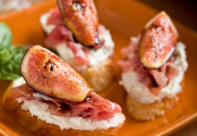 Crostini cu smochine si somon