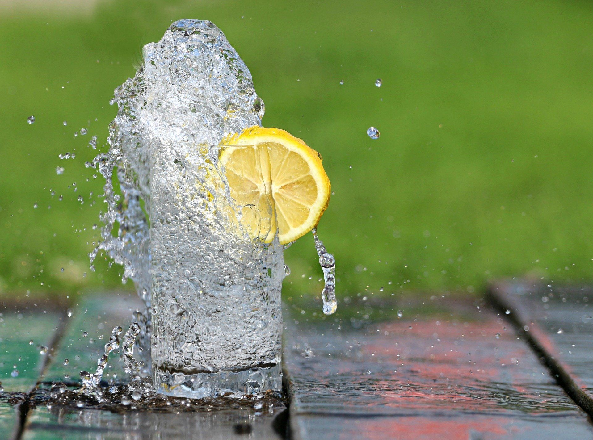 Apa minerala cu lamaie beneficii